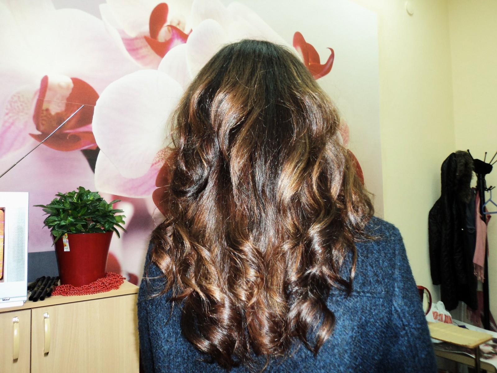 девушку с волнистыми русыми волосами